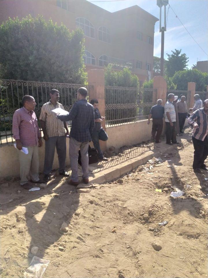تمهيد طرق بمدينة الزينية فى الأقصر لاستكمال مشروع الصرف الصحى المتوقف (4)