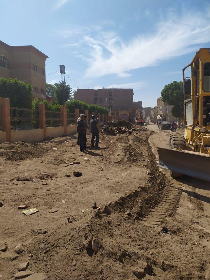 تمهيد طرق بمدينة الزينية فى الأقصر لاستكمال مشروع الصرف الصحى المتوقف (7)