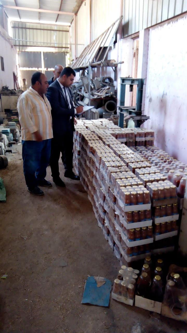 ضبط منتجات حلوى  منتهيه الصلاحية  اثناء اعادة تدويرها  لطرحها بالاسواق (5)