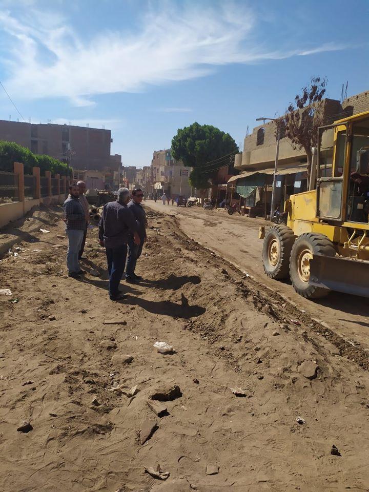 تمهيد طرق بمدينة الزينية فى الأقصر لاستكمال مشروع الصرف الصحى المتوقف (1)