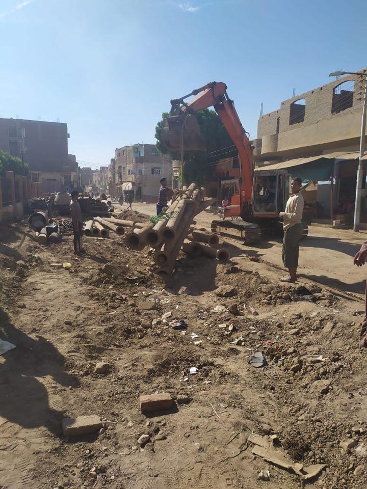 تمهيد طرق بمدينة الزينية فى الأقصر لاستكمال مشروع الصرف الصحى المتوقف (3)