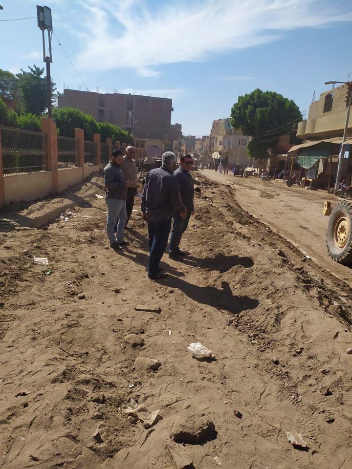 تمهيد طرق بمدينة الزينية فى الأقصر لاستكمال مشروع الصرف الصحى المتوقف (6)