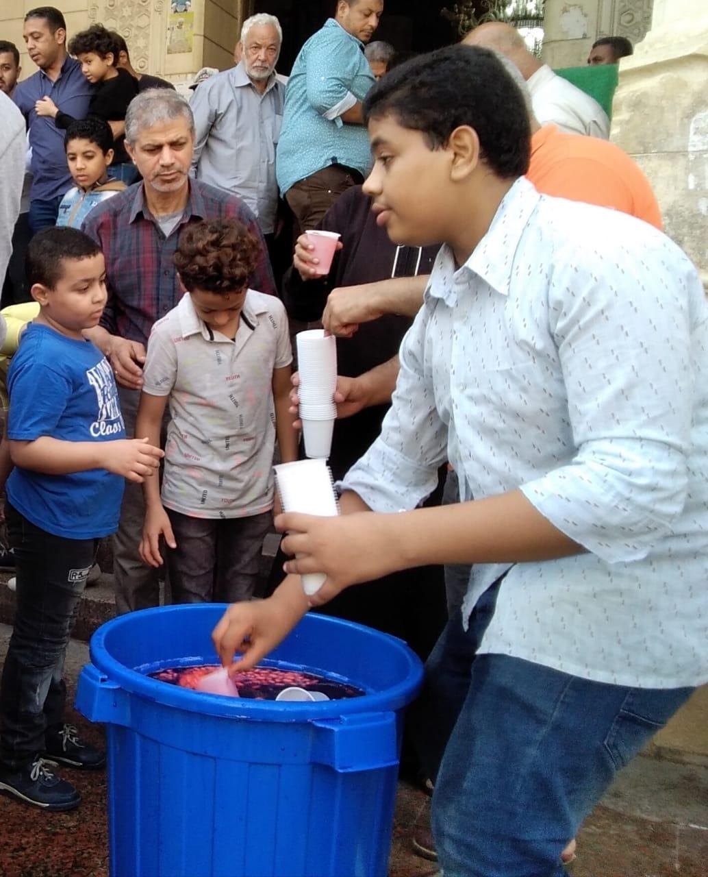 توزيع الشربات احتفالا بالمود بالإسكندرية