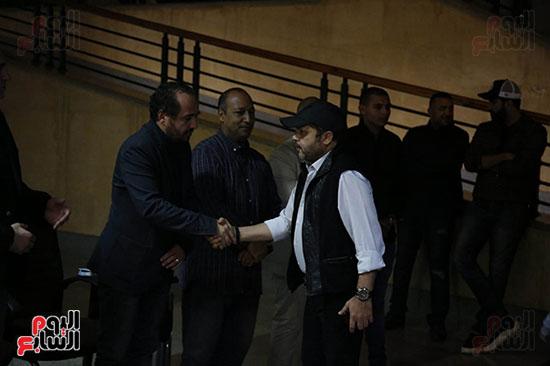 محمد هنيدى خلال عزاء والد اكرم حسنى