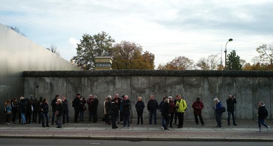 مواطنون يحتفلون بمرور 30 عاما على سقوط جدار برلين