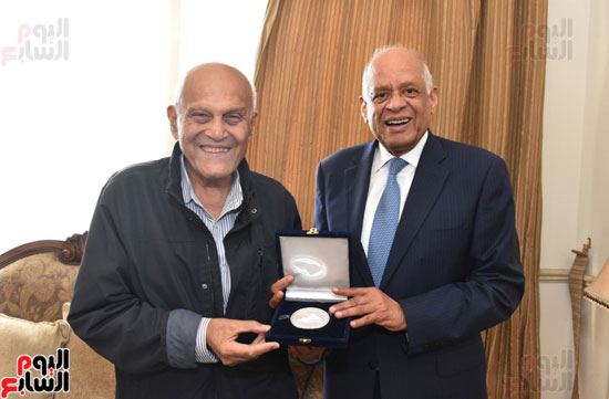 رئيس-البرلمان-يلتقى-الجراح-المصرى-العالمى-الدكتور-مجدى-يعقوب-(1)