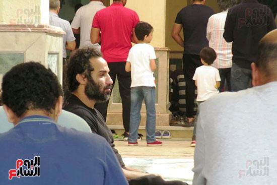 أحمد فهمى يشارك فى جنازة والد أكرم حسنى