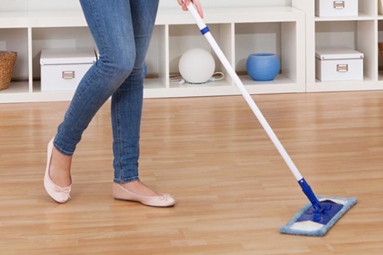 المسموح والممنوع فى تنظيف الأرضيات الخشبية