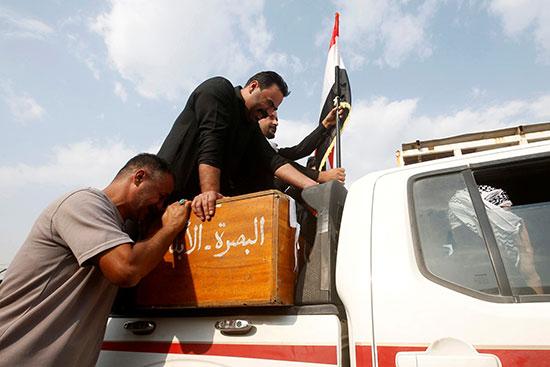 خلال جنازة احد ضحايا الاحتجاجات