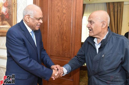 رئيس-البرلمان-يلتقى-الجراح-المصرى-العالمى-الدكتور-مجدى-يعقوب-(2)