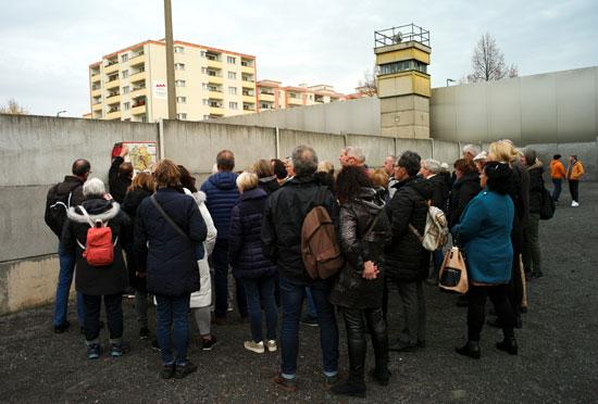 مواطنون بجوار الجدار