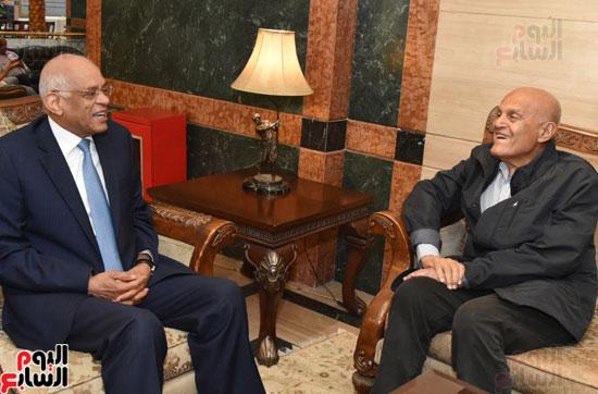 رئيس-البرلمان-يلتقى-الجراح-المصرى-العالمى-الدكتور-مجدى-يعقوب-(5)