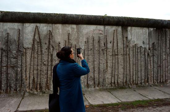 التقاط الصور بجوار الجدار