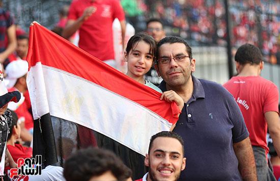 بنت تحمل علم مصر
