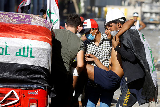 المتظاهرون يحملون مصابا خلال الاحتجاجات