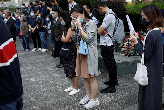 سيدة تبكى خلال الاحتجاجات