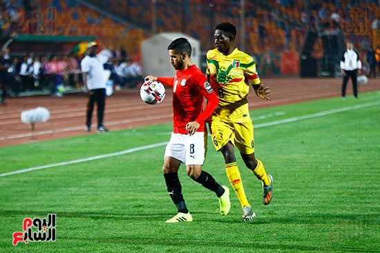 ناصر ماهر يسيطر على الكرة