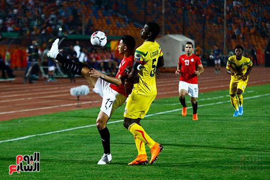 صراع على الكرة بين لاعبي مصر ومالى