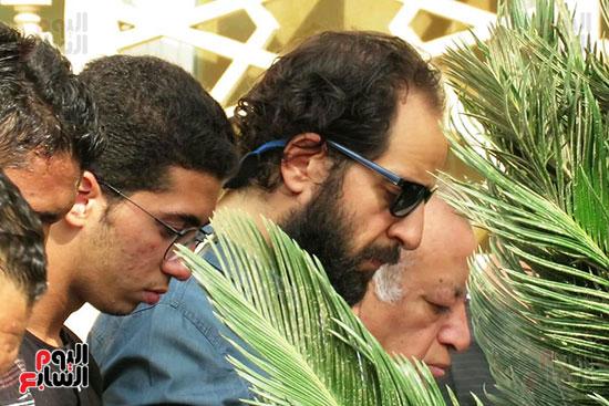 المذيع أحمد أمين فى جنازة والد أكرم حسنى