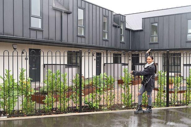 ميليان أمام المنازل الجديدة