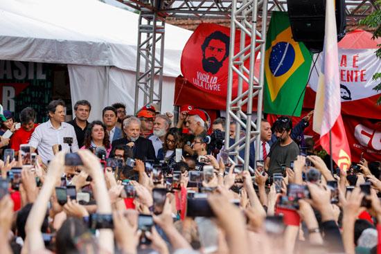 الرئيس البرازيلى السابق سيلفا بعد الإفراج عنه