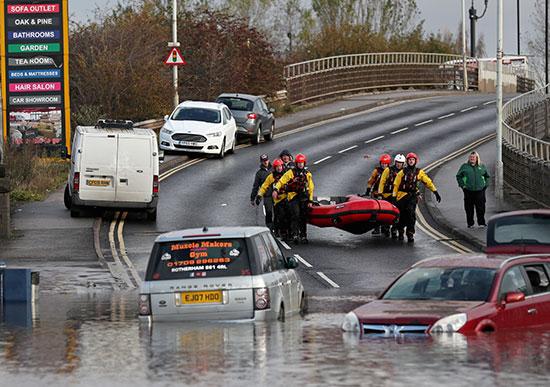 رجال الانقاذ يستعدون للنزول وسط مياه الفيضان