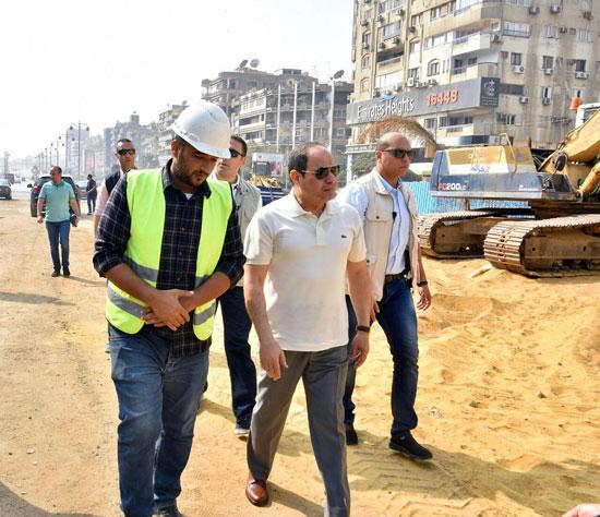 الرئيس عبد الفتاح السيسى يتفقد سير الأعمال الإنشائية بمجموعة مشروعات الطرق والكباري بمنطقة مصر الجديدة (5)