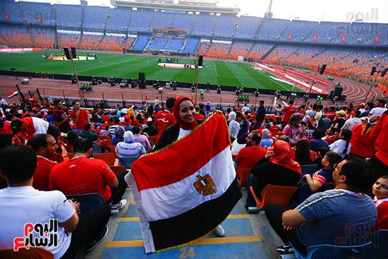 مشجعة تحمل علم مصر