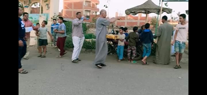 توزيع الحلوى على الطريق بقرية طحلة ببنها (3)