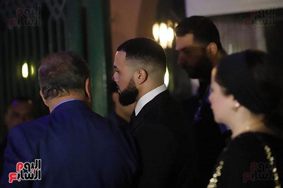 رامي عز الدين اثناء دخوله عزاء اخوه