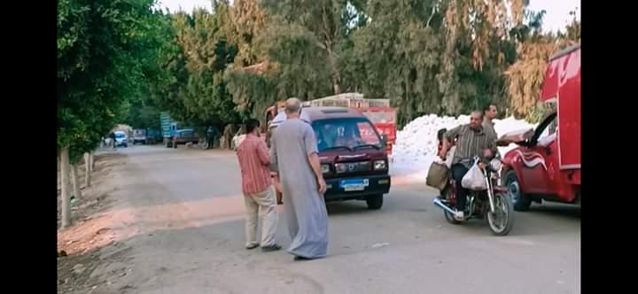 توزيع الحلوى على الطريق بقرية طحلة ببنها (1)
