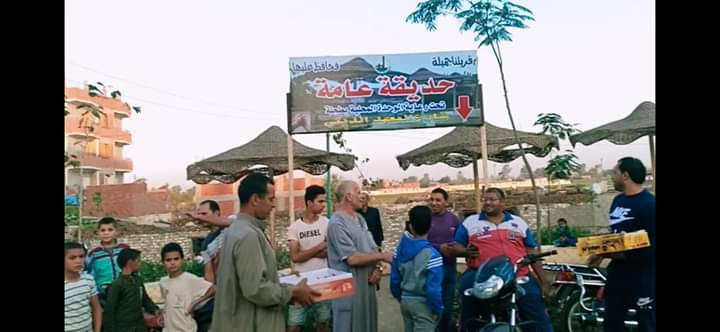 توزيع الحلوى على الطريق بقرية طحلة ببنها (8)
