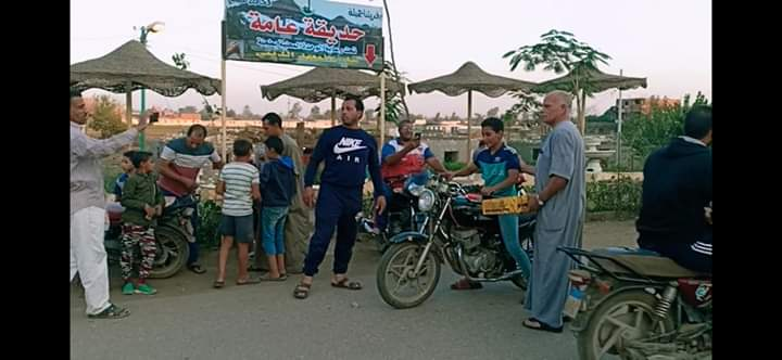 توزيع الحلوى على الطريق بقرية طحلة ببنها (5)