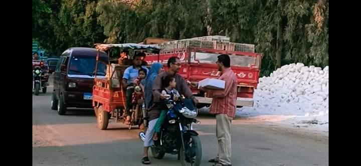 توزيع الحلوى على الطريق بقرية طحلة ببنها (6)