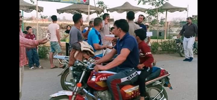 توزيع الحلوى على الطريق بقرية طحلة ببنها (11)