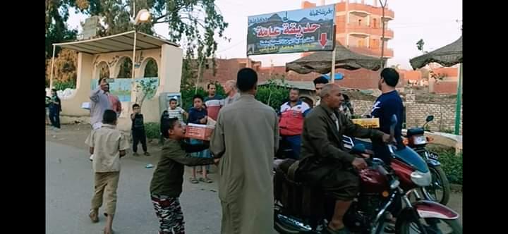توزيع الحلوى على الطريق بقرية طحلة ببنها (9)