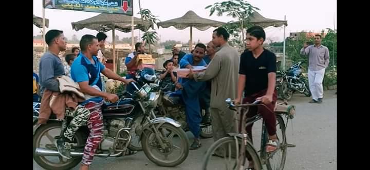 توزيع الحلوى على الطريق بقرية طحلة ببنها (10)