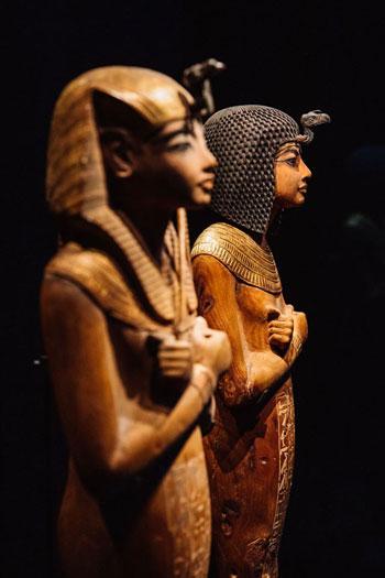 تماثي-خشبية-من-مقتينات-معرض-الملك-توت
