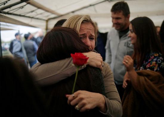 سيدة تحتضن احد اقارب الضحايا