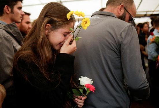 طفلة تبكىعلى الضحايا