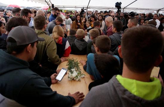 اقارب الضحايا يشاركون فى مراسم الدفن