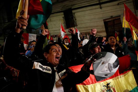 المتظاهرون يرفعون الاعلام البوليفية
