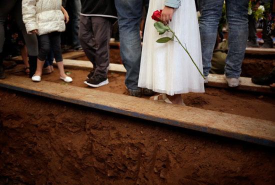 الاطفال يحملون الزهور