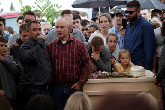 اهالى الضحايا فى مراسم الدفن