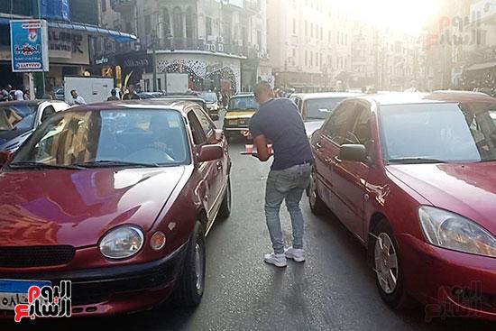 الإسكندرانية يوزعون الشربات على السيارات احتفالا بالمولد النبوى (5)
