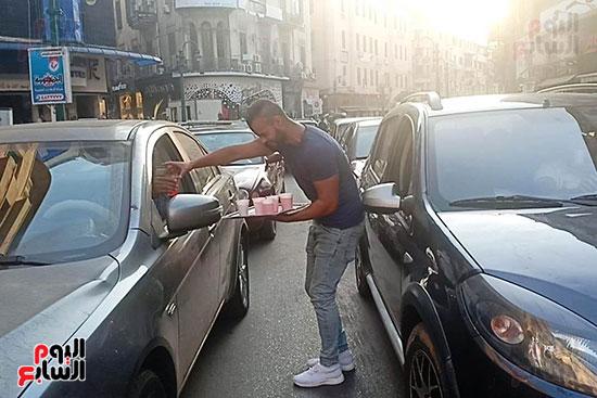 الإسكندرانية يوزعون الشربات على السيارات احتفالا بالمولد النبوى (3)