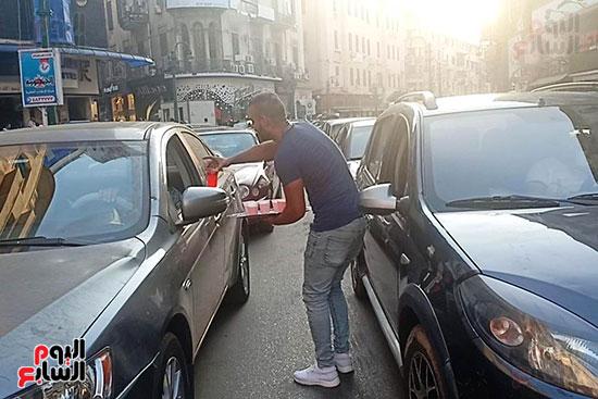 الإسكندرانية يوزعون الشربات على السيارات احتفالا بالمولد النبوى (2)