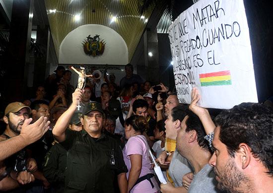 ضابط شرطة وسط المحتجين فى بوليفيا