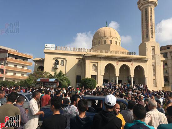 الألاف-من-ابناء-العريش-يشيعون-جثمان-شهد-طالبة-الصيدلة-(2)
