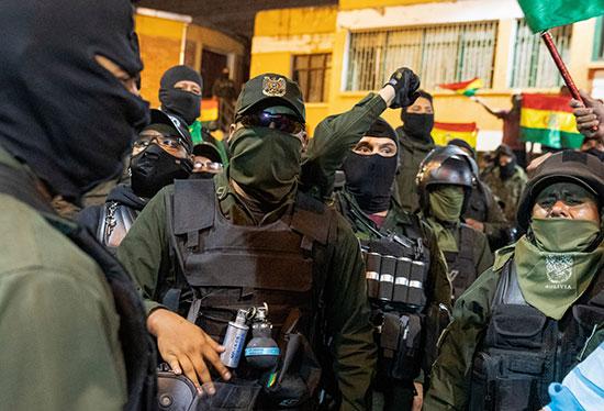 أفراد الشرطة وسط المتظاهرين ضد موراليس
